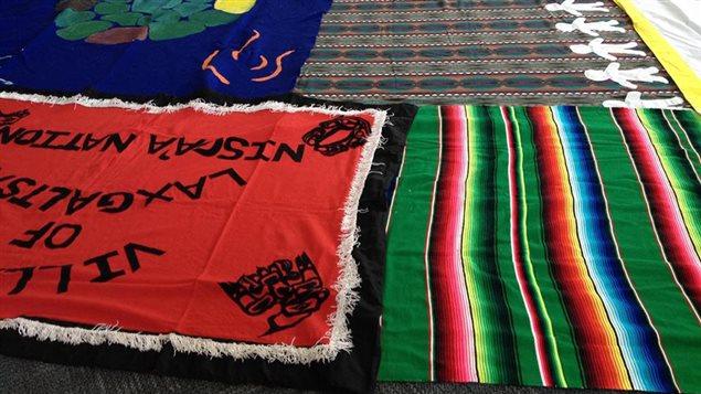 Ejercicio de la manta, experiencia interactiva de aprendizaje sobre la historia de los derechos indígenas.