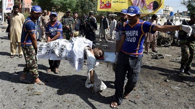 Cuerpo médico voluntario de Pakistán transporta el cuerpo de una víctima del atentado en Quetta este viernes 23 de junio 2017.