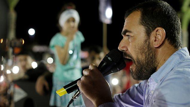 """قائد """"الحراك الريفي"""" ناصر الزفزافي مخاطباً المشاركين في تظاهرة احتجاجية في مدينة الحسيمة """"ضد الظلم والفساد"""" في 18 أيار (مايو) الفائت، أي قبل اعتقاله بأحد عشر يوماً من قبل السلطات المغربية."""