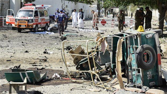 Miembros del cuerpo médico voluntario de Pakistán transportan cuerpos de víctimas del atentado que tuvo como blanco un vehículo de la policía en el sudoeste de la ciudad de Quetta, este viernes 23 de junio 2017.
