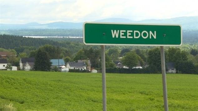 Pancarte affichant le nom de la ville de Weedon