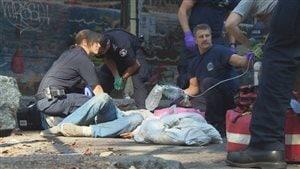 Des ambulanciers tentent de ranimer une personne victime d'une surdose.Photo Credit: CBC