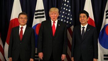 Trump rencontre le Président de la Corée du Sud, Moon Jae-In, et le Premier ministre japonais, Shinzo Abe, au sommet des leaders du G20 à Hambourg, en Allemagne, jeudi. (Carlos Barria / Reuters)