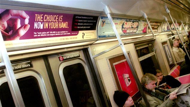 Algunos países ofrecen la píldora hace años. Aquí, un anuncio en el metro de Nueva York.