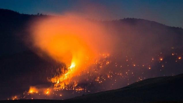 Un incendio forestal arde en una montaña cerca de Ashcroft, BC, el pasado viernes.
