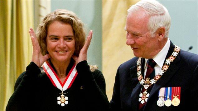 جولي باييت تتلقى وسام الشرف من حاكم كندا العام السابق