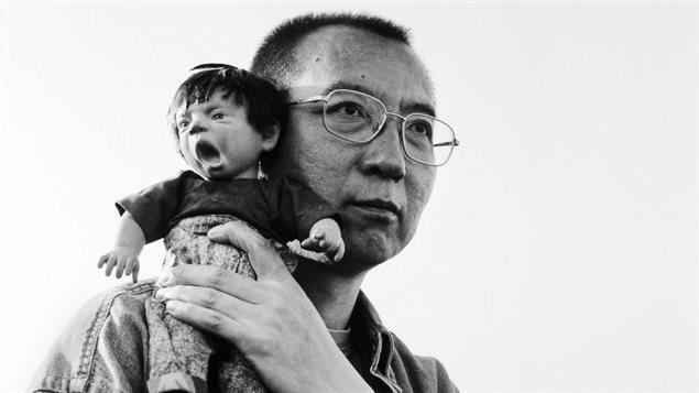Una fotografía de Liu Xiaobo, ganador del Premio Nobel de la Paz 2010, de The Silent Strength de Liu Xia, una muestra de fotografías de su esposa Liu Xia.