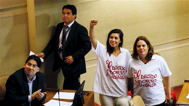 Diputados del Partido Socialista toman la mano durante una sesión en el Congreso a favor de un proyecto de ley por el gobierno, que busca aliviar la estricta prohibición del aborto en el país