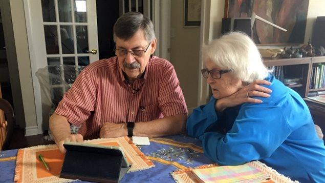 老年痴呆症患者Bonnie Buxton与丈夫玩填字游戏