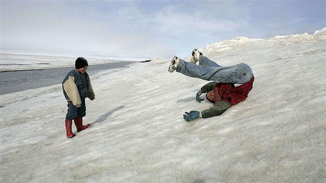 Niños inuit jugando en la nieve
