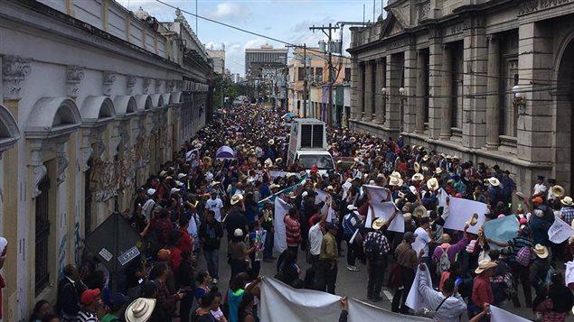 Protesta de la comunidad Xinca frente al parlamento.