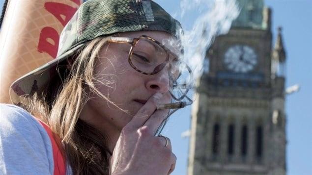 فتاة تدخن الماريجوانا أمام البرلمان