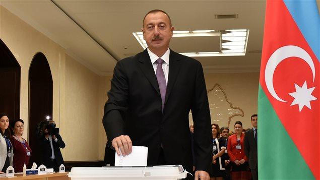 Le président de l'Azerbaïdjan Ilham Aliyev vote au référendum sur la prolongation des mandats présidentiels, à Bakou, Azerbaïdjan, le 26 septembre 2016.