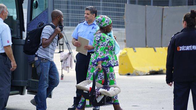 Des demandeurs d'asile arrivent au stade olympique de Montréal le 2 août 2017. Photo : Radio-Canada/Martin Thibault