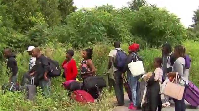 De 200 à 250 demandeurs d'asile entrent quotidiennement au pays, de manière illégale, en passant par le chemin Roxham. Jusqu'à 1200 personnes sont actuellement en transit au poste frontalier de Saint-Bernard-de-Lacolle.