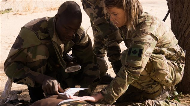 A Canadian Special Operations Forces Command medic provides instruction to a member of the Niger Armed Forces during medical training as part of Flintlock 2017 in Diffa, Niger, February 25, 2017. Niger is one of seven African nations to host Flintlock 2017. (U.S. Army photo by Spc. Zayid Ballesteros)