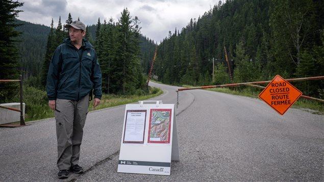 Uno de los numerosos bloqueos en los caminos debido a los incendios.