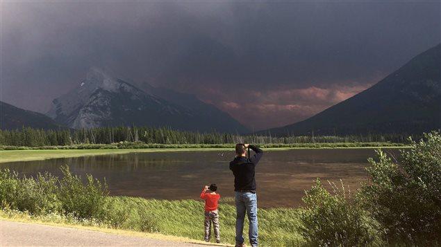 El manto de humo se acerca al centro turístico de Banff.