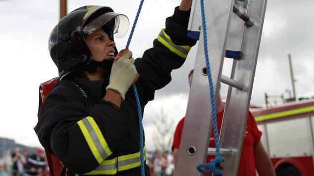 الإطفائية البرازيلية غابرييلا أوليفيرا خلال مشاركتها في الألعاب العالمية لعناصر الشرطة والإطفاء في بلفاست في إيرلندا الشمالية عام 2013.