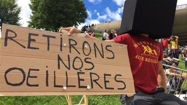 Deux groupes, Solidarité sans frontières et le Comité d'action des personnes sans statut, avaient organisé le rassemblement « Bienvenue aux réfugiés », devant l'un des centres d'hébergement temporaire de Montréal. Radio-Canada/Sébastien Desrosiers