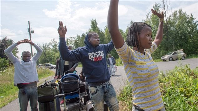Un groupe de migrants traversent la frontière à Saint-Bernard-de-Lacolle, au Québec. Photo : Radio-Canada/Ryan Remiorz