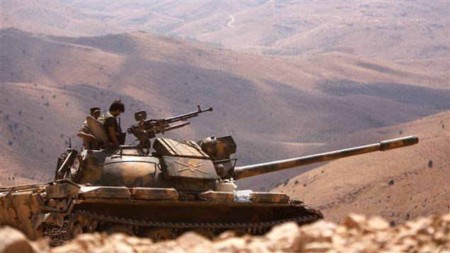 دبابة للجيش السوري في بلدة فليطة في محافظة ريف دمشق والقريبة من الحدود مع لبنان في صورة مأخوذة في 2 آب (أغسطس) الجاري.