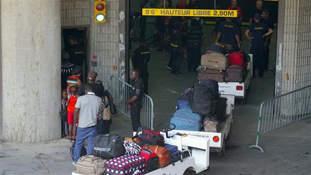 Llegada de solicitantes de asilo al Estadio Olímpico de Montreal.