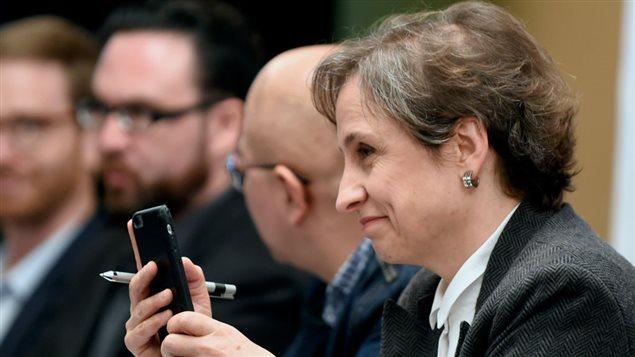 Periodista mexicana Carmen Aristegui sostiene su teléfono móvil durante una rueda de prensa con respecto a la utilización del software Pegassus para espiar a ciudadanos mexicanos.
