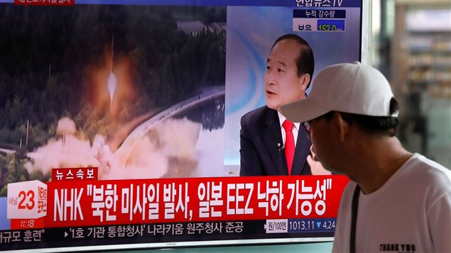 Un surcoreano observa un noticiero sobre una prueba de misiles balísticos de Corea del Norte el 4 de julio de 2017.