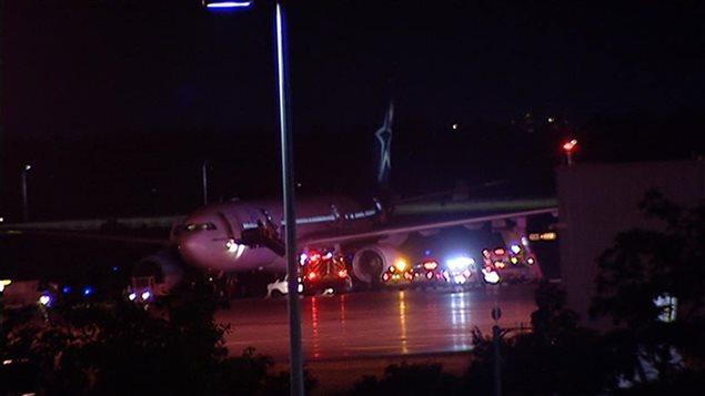 Le vol TS157, un Airbus A330 en provenance de Bruxelles, avec à son bord 336 passagers, s'est posé à Ottawa plutôt qu'à Montréal en raison d'orages violents. Photo : Radio-Canada