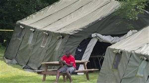 Le campement de Saint-Bernard-de-Lacolle compte pour l'heure 32 tentes pouvant accueillir plus de 500 migrants. Photo : La Presse canadienne / Graham Hughes