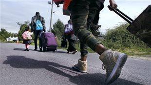 Une famille de demandeurs d'asile traverse la frontière canadienne.