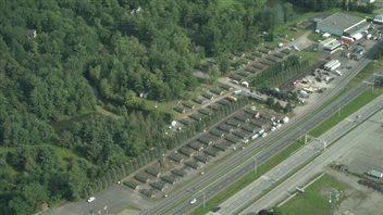 Des dizaines de tentes avaient été installées pour accueillir des demandeurs d'asile à Saint-Bernard-de-Lacolle au Québec. Photo : Radio-Canada