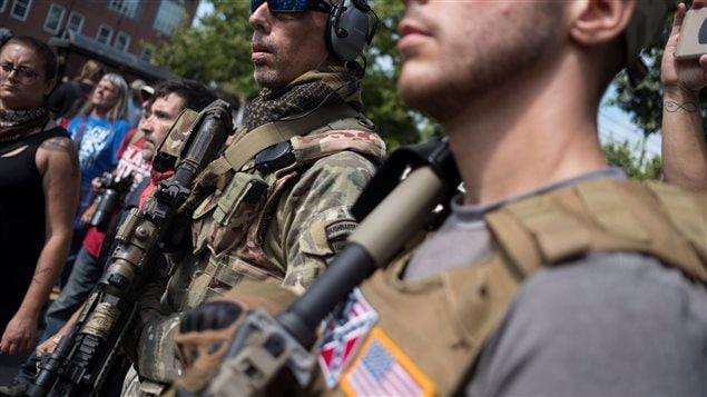 Plusieurs suprémacistes blancs portaient des armes à feu et des vêtements militaires   Photo : Reuters / Justin Ide