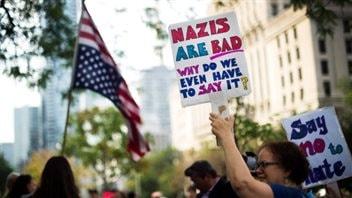 Des Canadiens protestent contre le mouvement de la suprématie blanche et le racisme à l'extérieur du consulat des États-Unis à Toronto le lundi 14 août 2017. (Nathan Denette / Canadian Press)