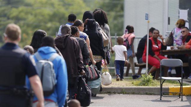 Arrivée des demandeurs d'asile à Lacolle, à la frontière du Québec avec les États-Unis
