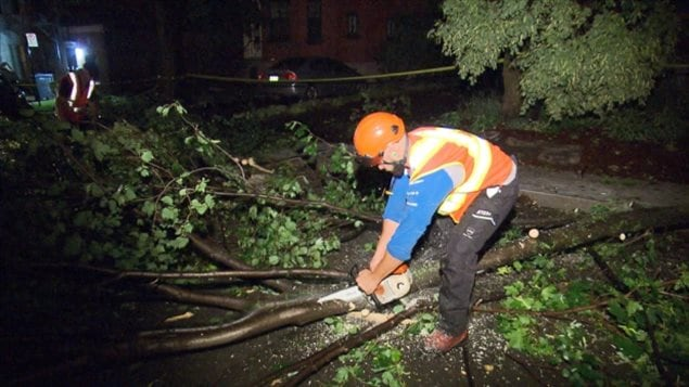 Crews were out all night in an effort to clean up damage from Tuesday's powerful storm in Montreal. (Radio-Canada)