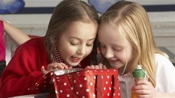 Des enfants regardent l'intérieur d'une boîte à lunch. Photo : iStock/iStockphotos