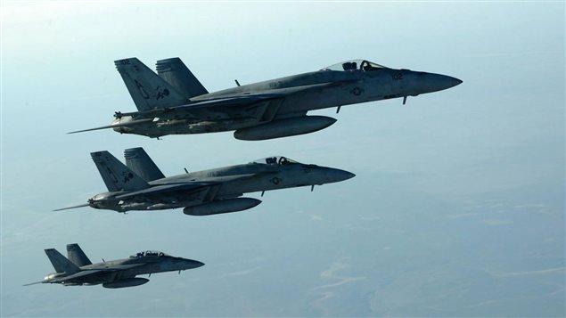 Aviones de combate de Estados Unidos llevan a cabo bombardeos sobre la ciudad siria de Al Raqa.