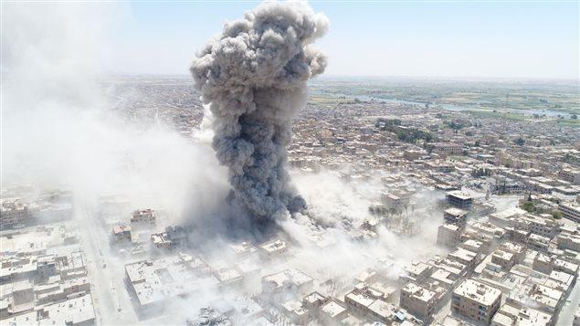 La ciudad siria de  Al Raqa bombardeada por la aviación estadounidense.