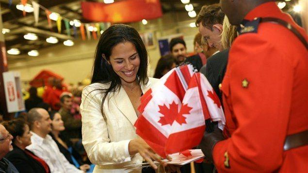 سيدة مهاجرة مسرورة بحصولها على الجنسية الكندية في حفل رسمي في هاليفاكس في تشرين الأول (أكتوبر) 2010