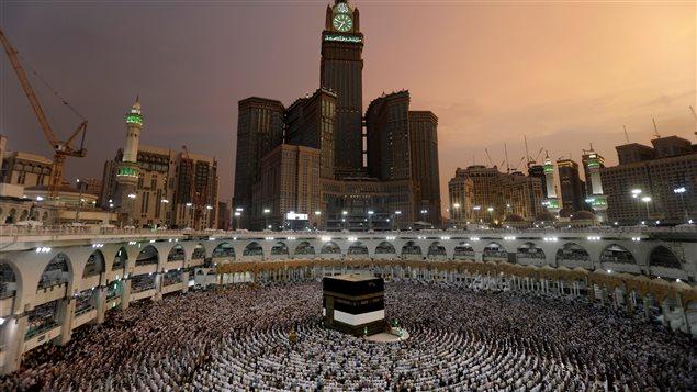 جموع المصلين في المسجد الحرام في مكة المكرمة مساء أمس.