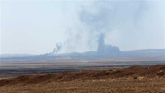 دخان المعارك يتصاعد أمس في سماء ناحية العياضية شمال غرب مدينة تلعفر في محافظة نينوى في شمال العراق.