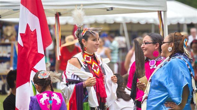 Indígenas canadienses con sus trajes tradicionales, Fort York, Toronto 2015.