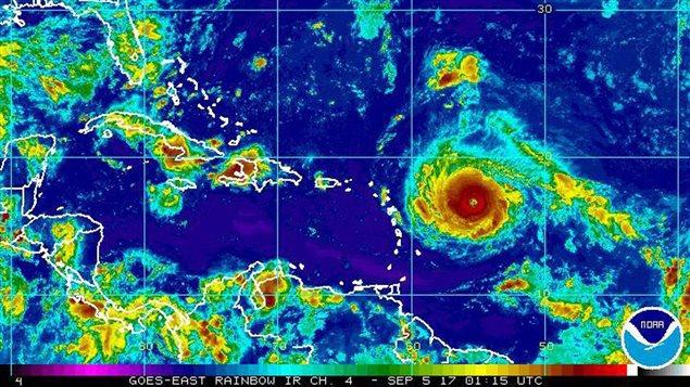 Una imagen satélite de la Administración Nacional Oceánica y Atmosférica (NOAA por sus siglas en inglés) muestra al huracán Irma acercándose al Caribe.