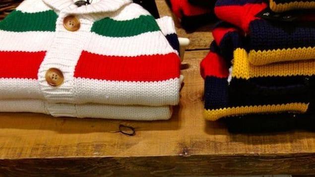 Les couvertures en laine de la HBC étaient utilisées comme monnaie d'échange avec les Amérindiens. Ces couvertures deviennent rapidement un must de la garde-robe des trappeurs et coureurs des bois car elles sont chaudes, étanches, résistantes, et pas mal plus faciles à coudre qu'une peau de caribou. - La Baie