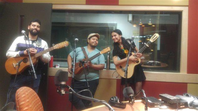 De izquierda a derecha, León Jorge Medina, Marino Vazquez y Mamselle Ruiz en los estudios de Radio Canadá durante el FB Live de Canadá en las Américas Café del 7 de septiembre 2017.
