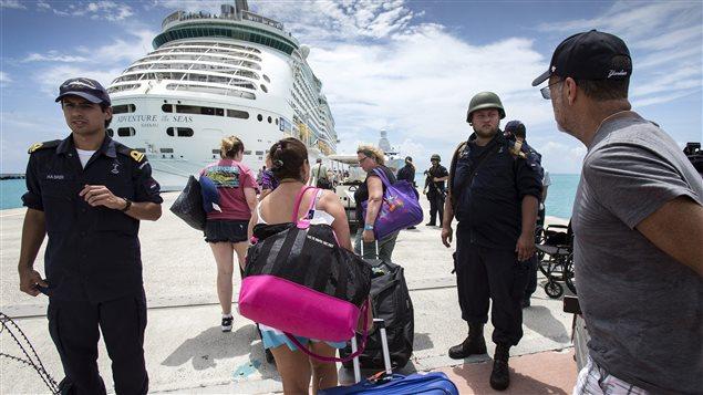 Des touristes hollandais évacués par bateau de croisière sur l'île de Saint-Martin.