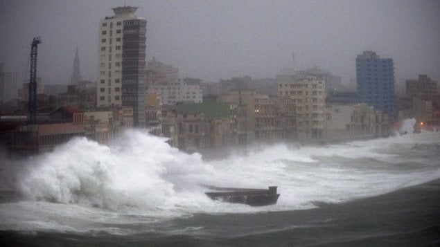 De fortes vagues ont pris d'assaut le Malecon, boulevard de bord de mer de La Havane. Photo : Associated Press/Ramon Espinosa