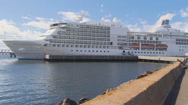 """سفينة """"سيفين سيز نافيغايتور"""" السياحية راسية في مرفأ مدينة سيت إيل في خليج نهر سان لوران في مقاطعة كيبيك."""